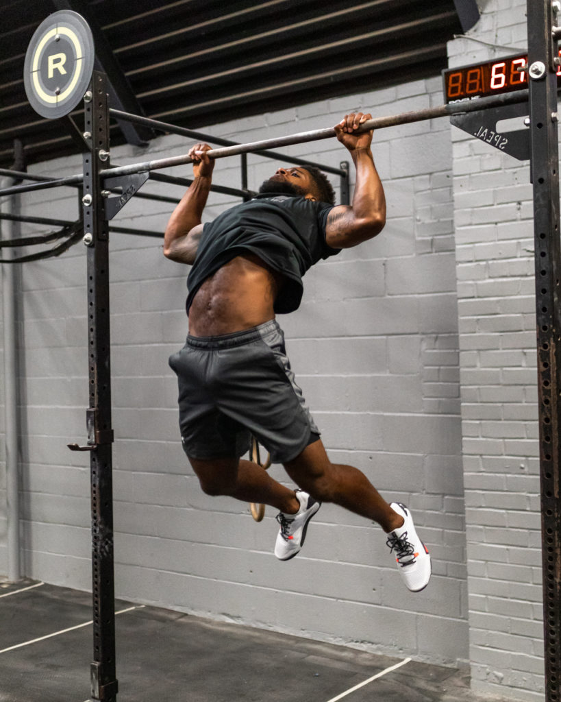 male athlete doing butterfly pullups